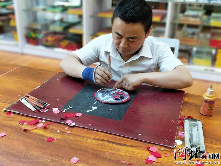 """【爱国情 奋斗者】何宝立:剪纸""""小""""师傅 逐梦大工匠"""