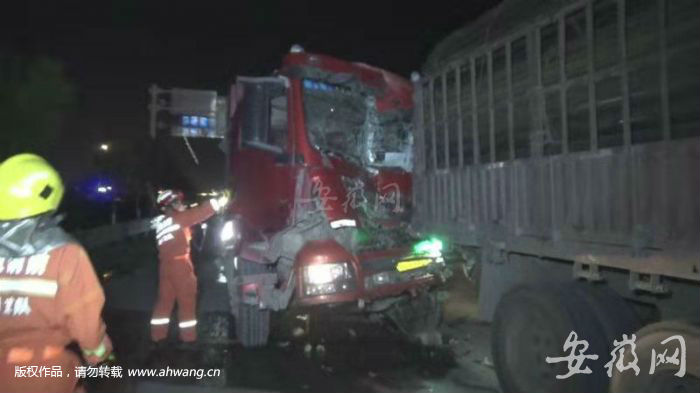 泗县:红绿灯路口发生事故一人被困 消防紧急救援