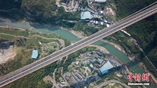 世界山区峡谷第一高塔悬索桥全面建成