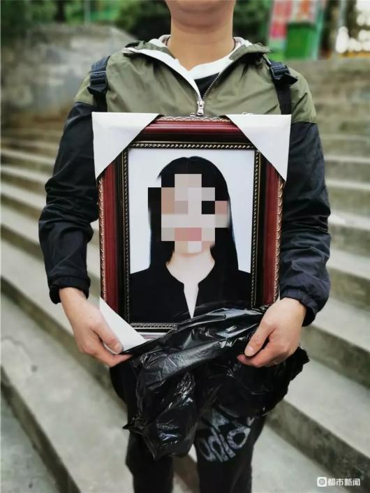 女孩拍写真后自杀 家属在其房间意外发现性感内衣